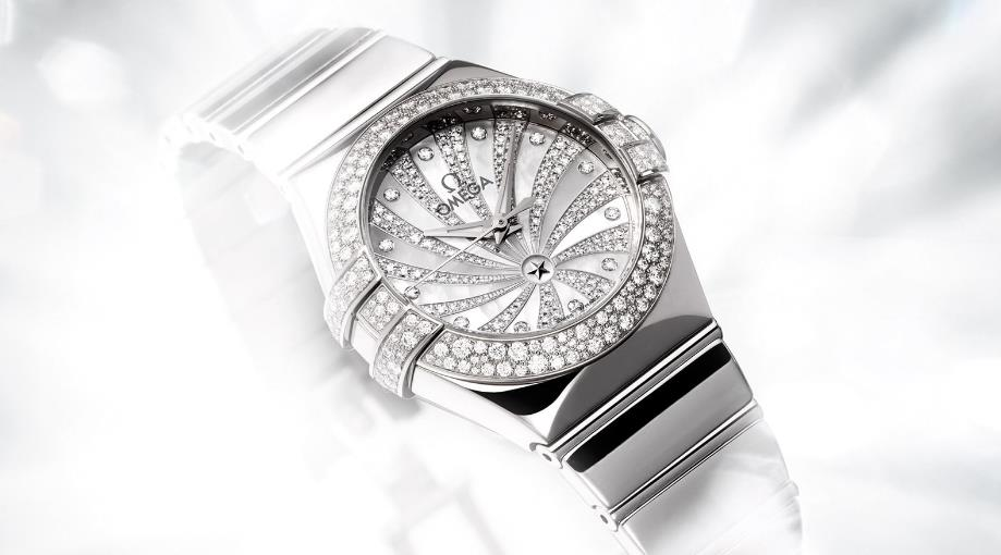 The 18k white gold fake watches are decorate with diamonds.