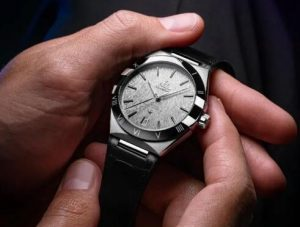 With the ceramic bezel, this copy Omega looks trendy and dynamic.